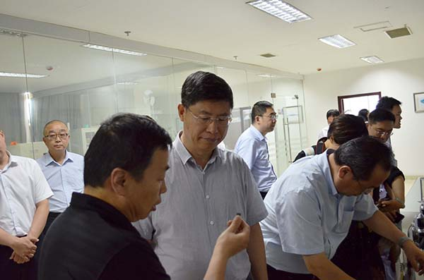 刘忠范院士率队调研济宁市凯发体育app苹果手机烯产业  洽谈政研企合作